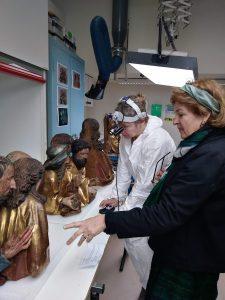 Juliette Lévy, responsable du groupement sculptures de la restauration du retable d'Issenheim et Jennifer Vatelot, restauratrice sculptures